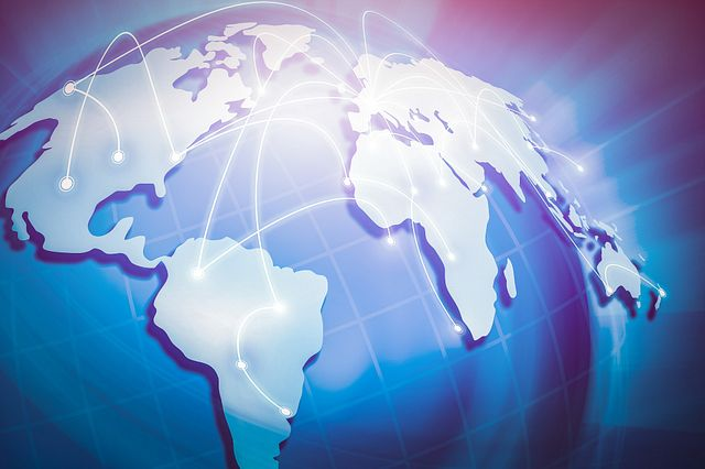 líneas de conexión virtual de continente a continente en un mapa del mundo